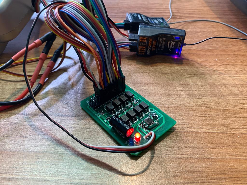Module sử dụng 2 bộ TX RX điều khiển 4 servo cho máy bay