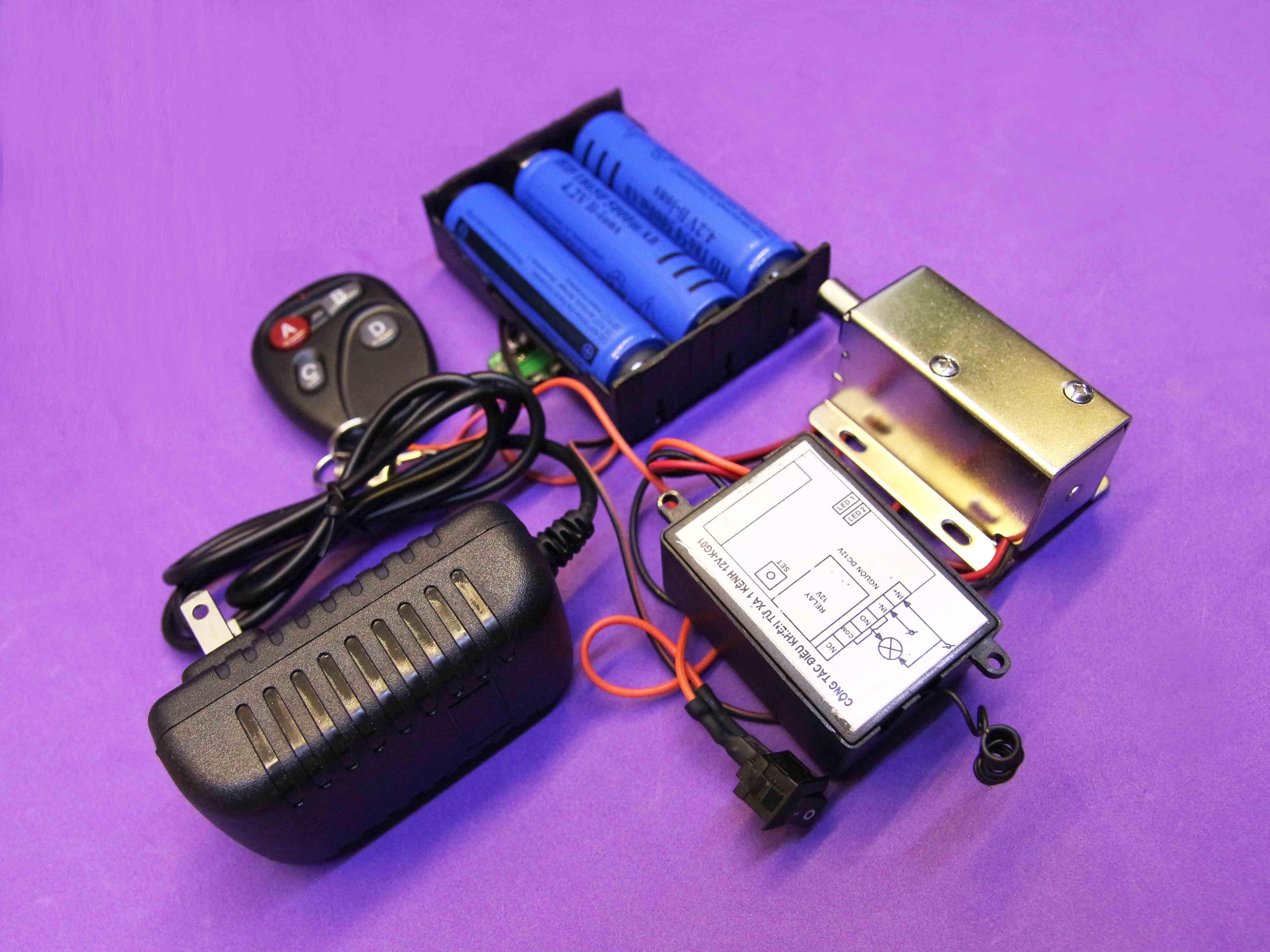Bộ khóa điện khiển từ xa dùng pin sạc mạch sạc loại chốt