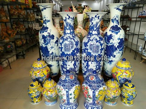 Lộc bình gốm sứ tại showroom Hoàng Phát