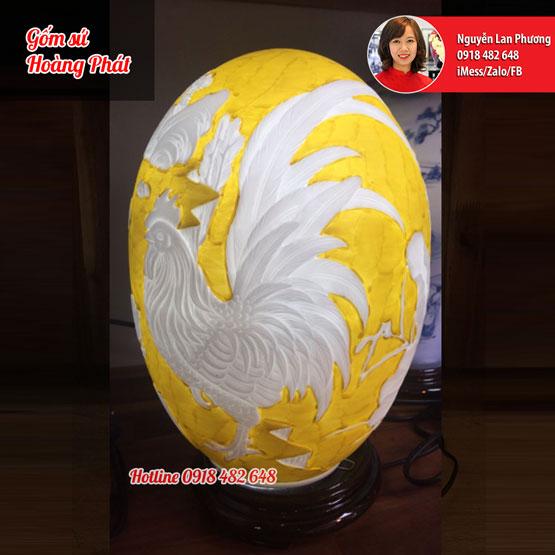 Đèn sứ thấu quang dáng trứng khắc gà nền vàng