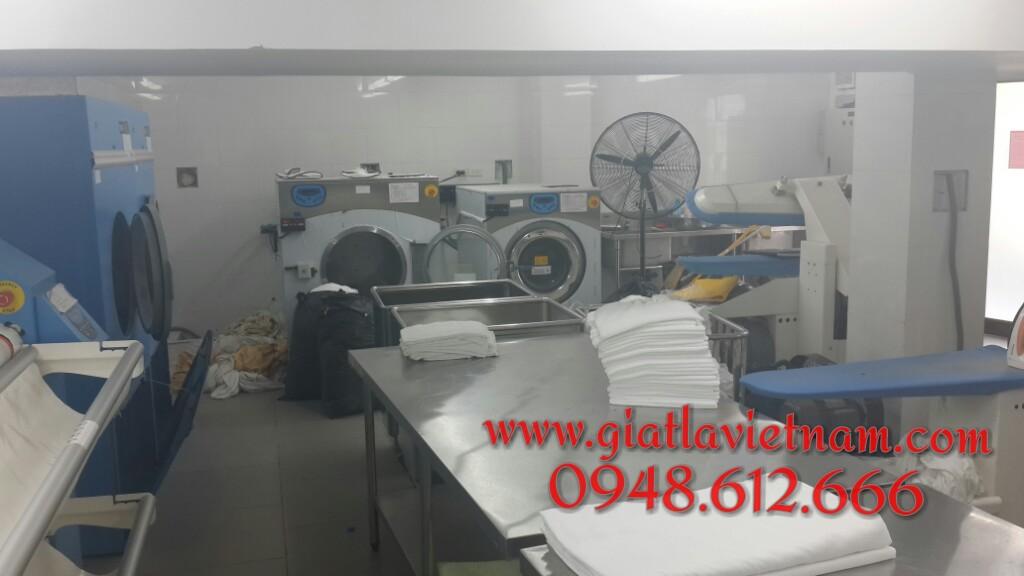 Sử dụng máy giặt công nghiệp, hóa chất giặt là tẩy trắng