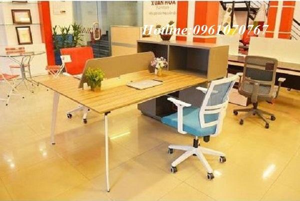 Bàn văn phòng chân sắtlà dòng sản phẩm bàn làm việc có thiết kế chắc chắn nhất