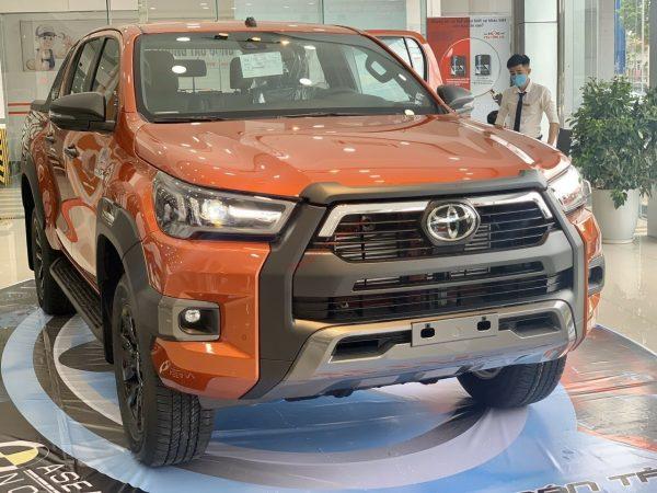 Toyota Hilux 2021 màu cam ánh kim