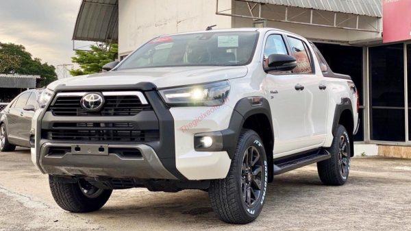 Toyota Hilux 2021 màu trắng ngọc trai