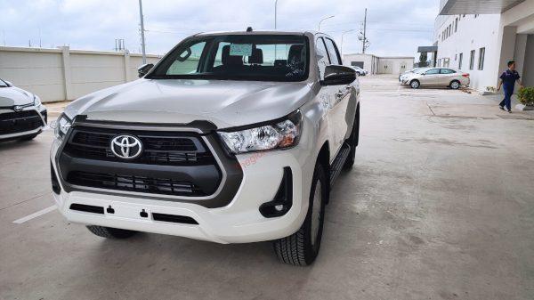 Bán tải Toyota Hilux 2.4E 4x2 2021màu trắng ngọc trai.