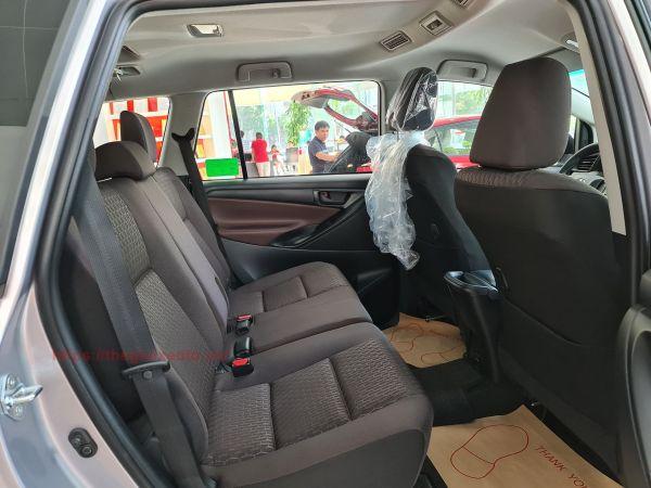 Hàng ghế thứ 2 trên Toyota Innova 2.0E 2021