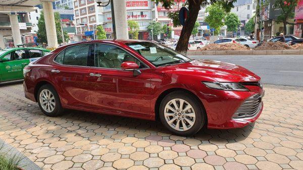 Toyota Camry màu đỏ