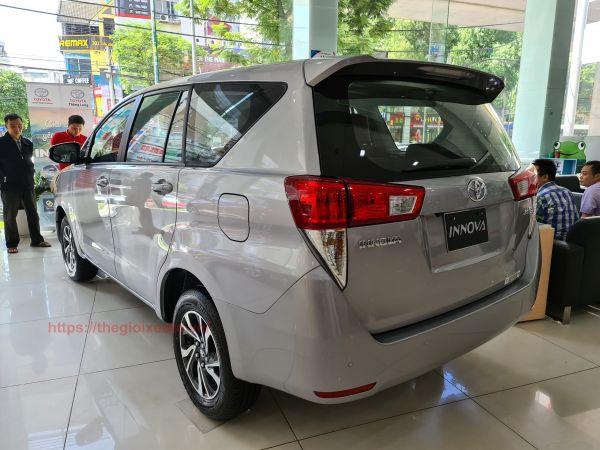 hông xe Toyota Innova 2021