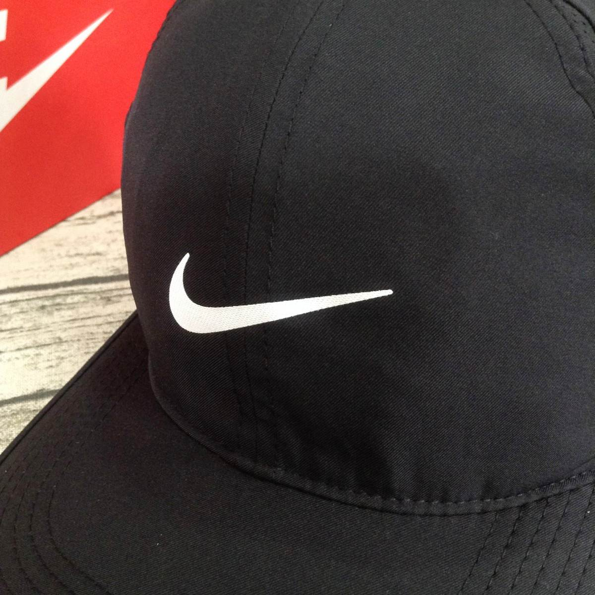 Mũ thể thao nam Nike Feather Light 679421-010
