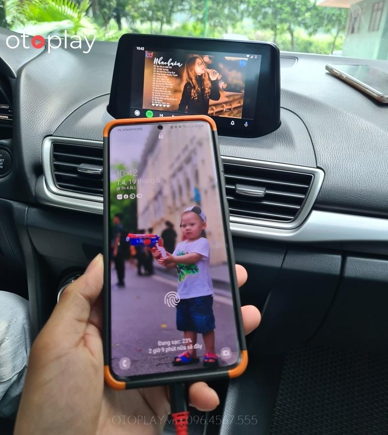 Mazda 3 xem Youtube thông qua cáp kết nối điện thoại android