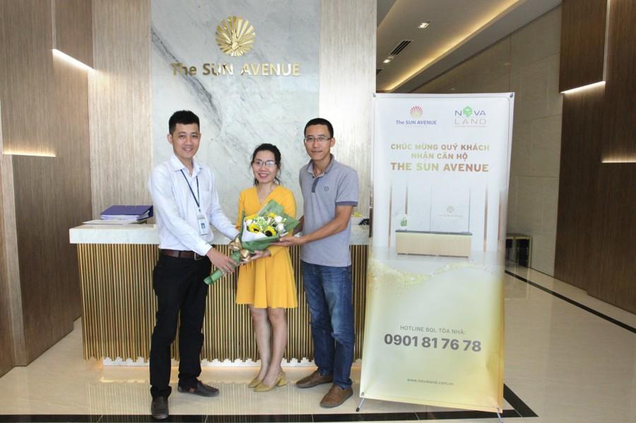 Niềm vui của khách hàng khi nhận bàn giao căn hộ The Sun Avenue khang trang, vị trí đẹp