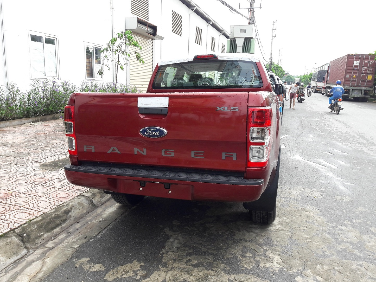 duoi-xe-ford-ranger-mau-do-man