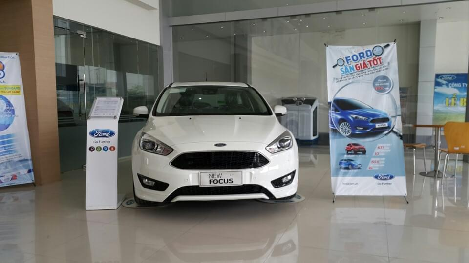 xe-ford-focus-trend-4-cua-mau-trắng