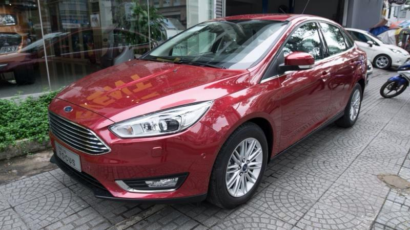 ford-focus-trend-4-cua-mau-do