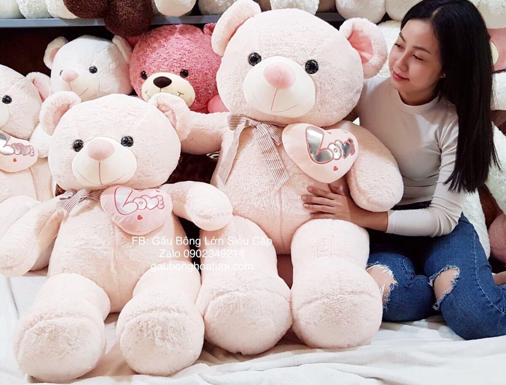 Gấu nhồi bông ôm tim hồng