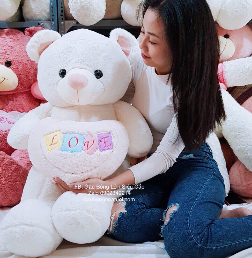 Gấu nhồi bông ôm tim