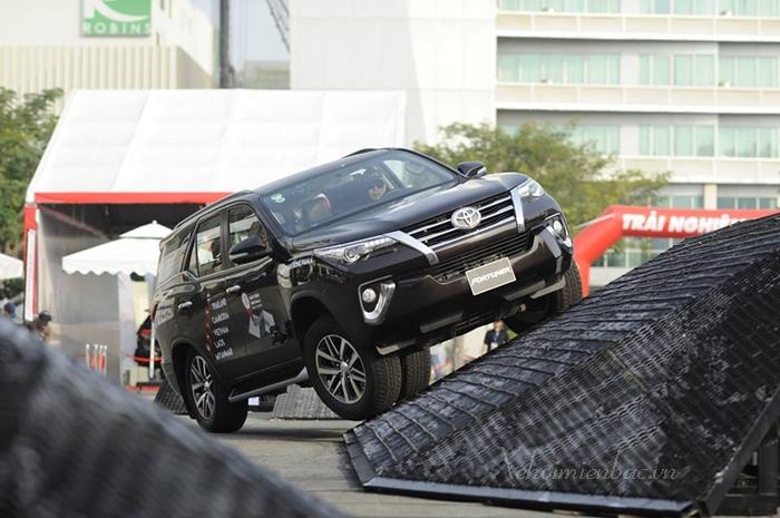 Xe Toyota Fortuner 2019 điển hình với phiên bản máy dầu số tự động 1 cầu và 2 cầu
