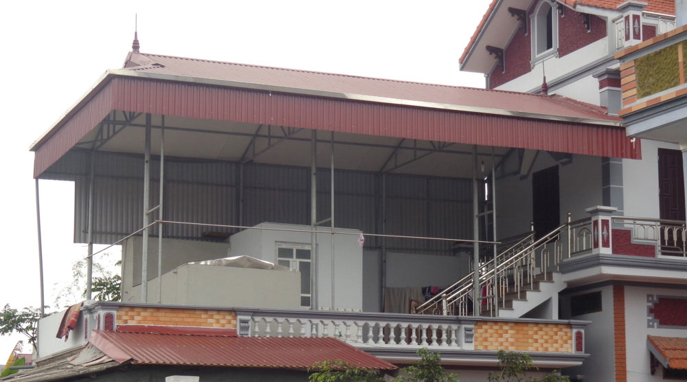 Hiên nhà làm bằng mái tôn dân dụng