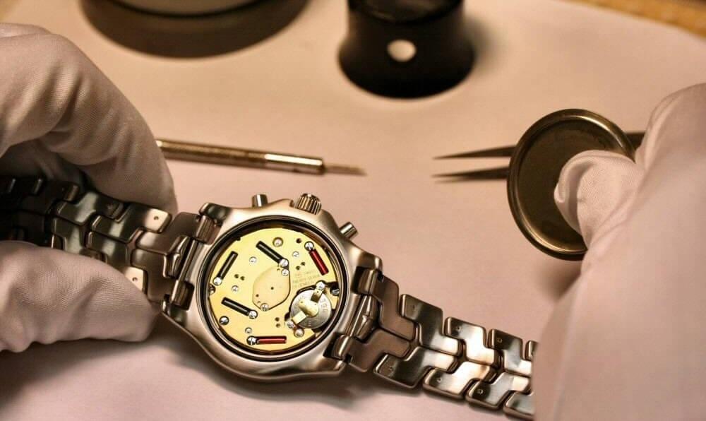 Một máy đồng hồ chạy bằng pin