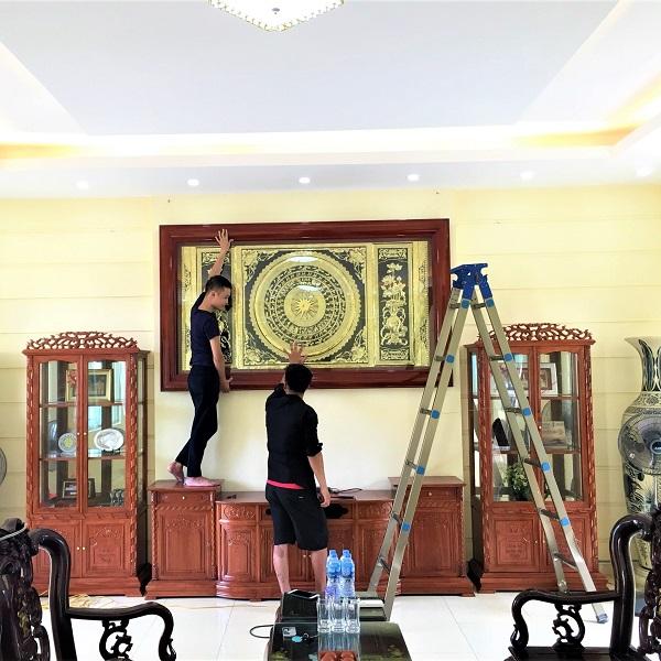 Lắp đặt tranh mặt trống đồng hoa sen 2m31 cho trường Sĩ Quan Pháo Binh