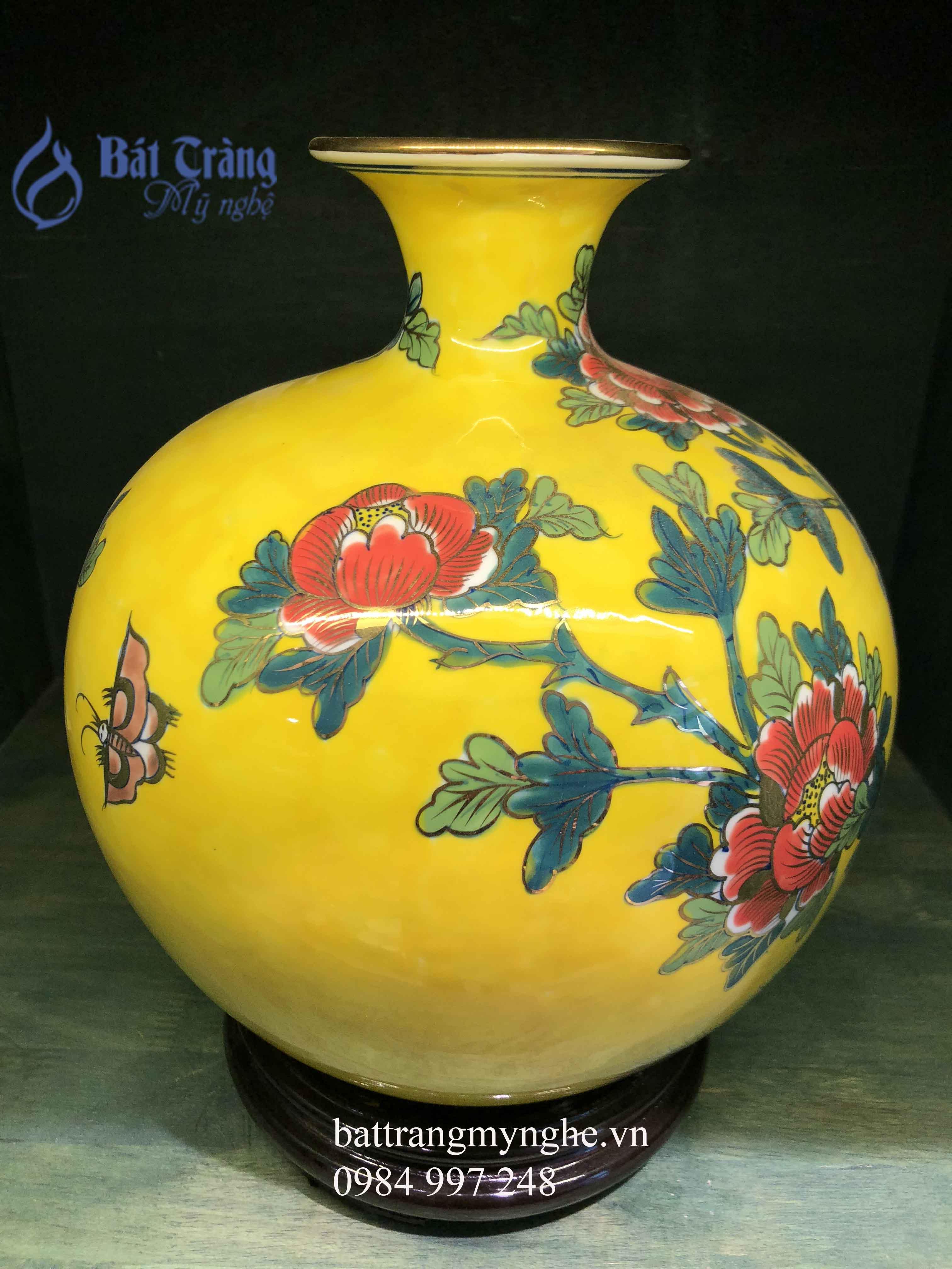Bình hút tài lộc vẽ công hoa cao 30cm men vàng