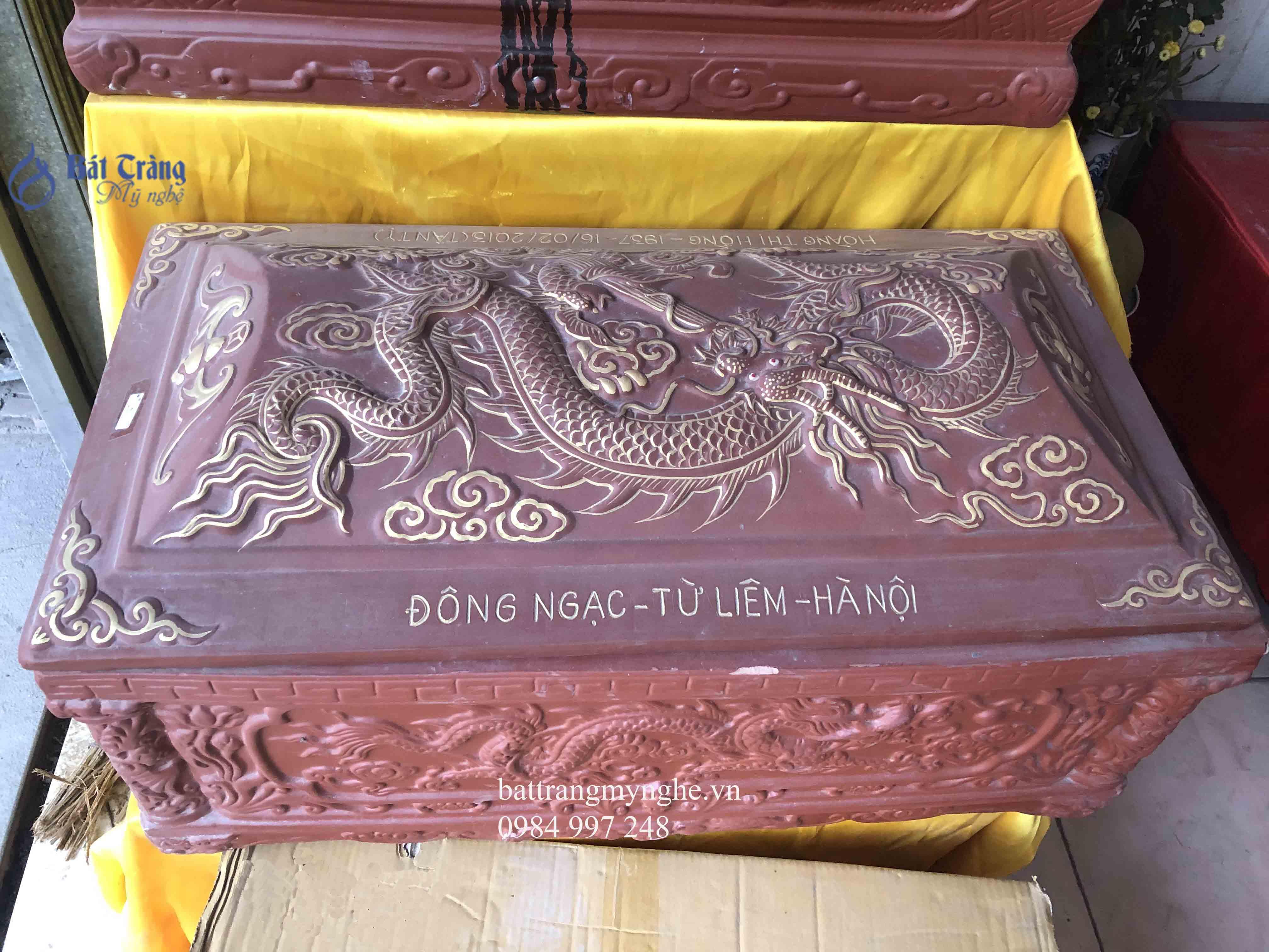 Quách tiểu sành mái bằng vẽ rồng vàng