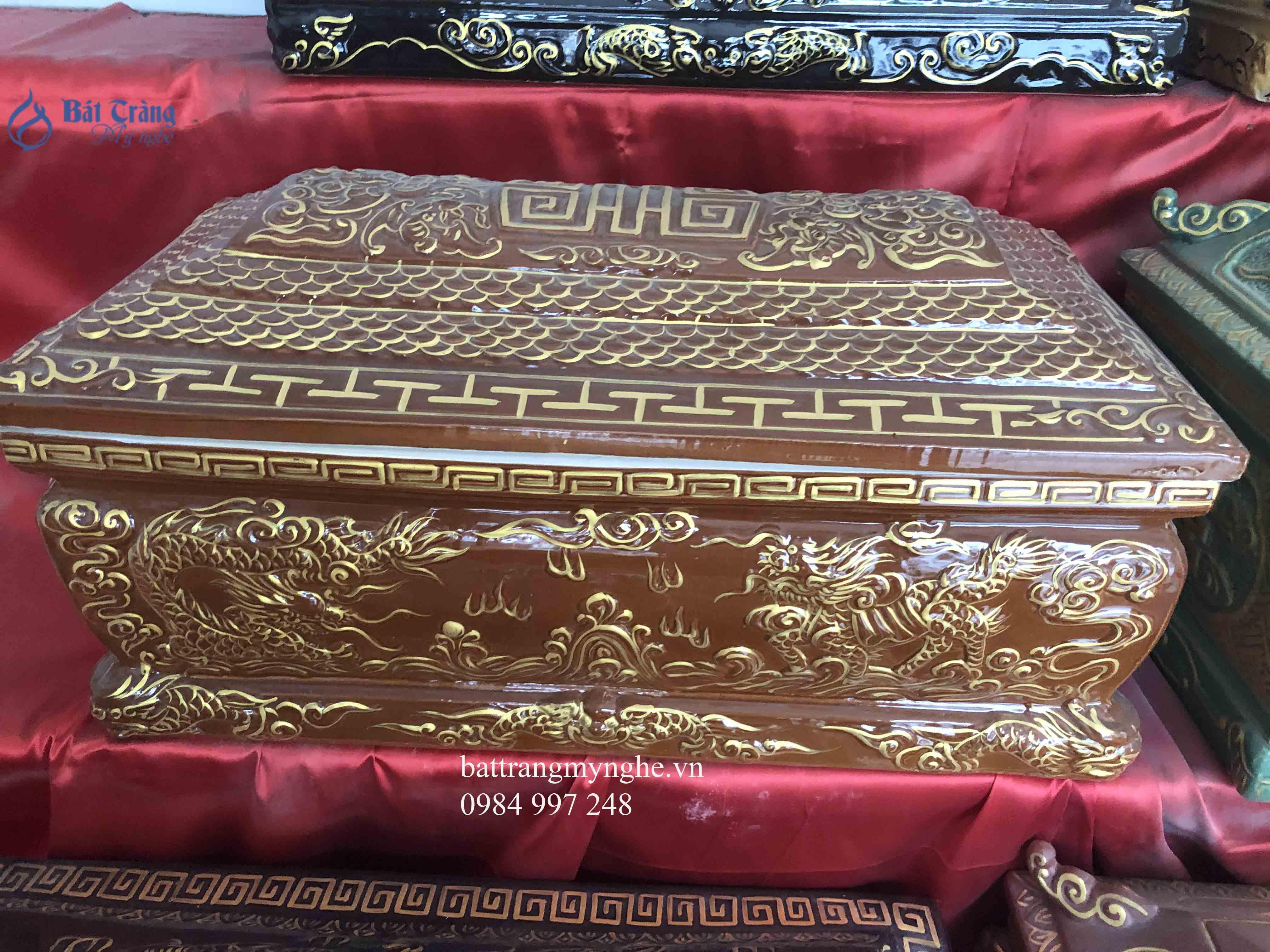 Quách tiểu sứ mái bằng men nâu vẽ vàng kim