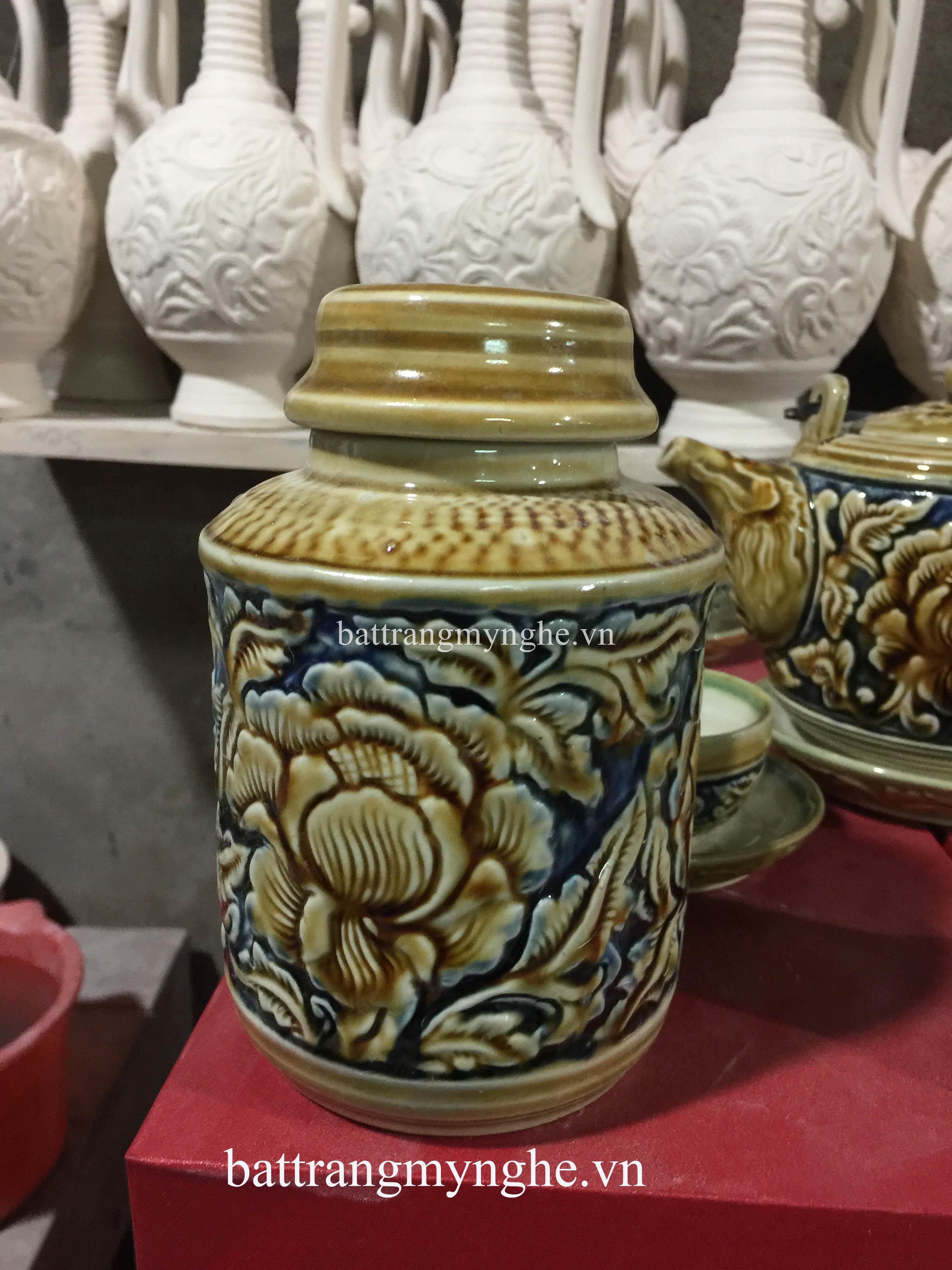 Bộ ấm trà và phụ kiện khắc nổi hoa phù dung vàng