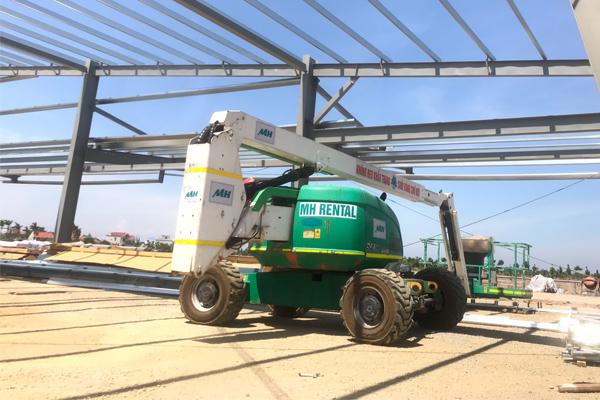 Xe nâng người MH 40m thi công nhà máy Vinfast Hải Phòng