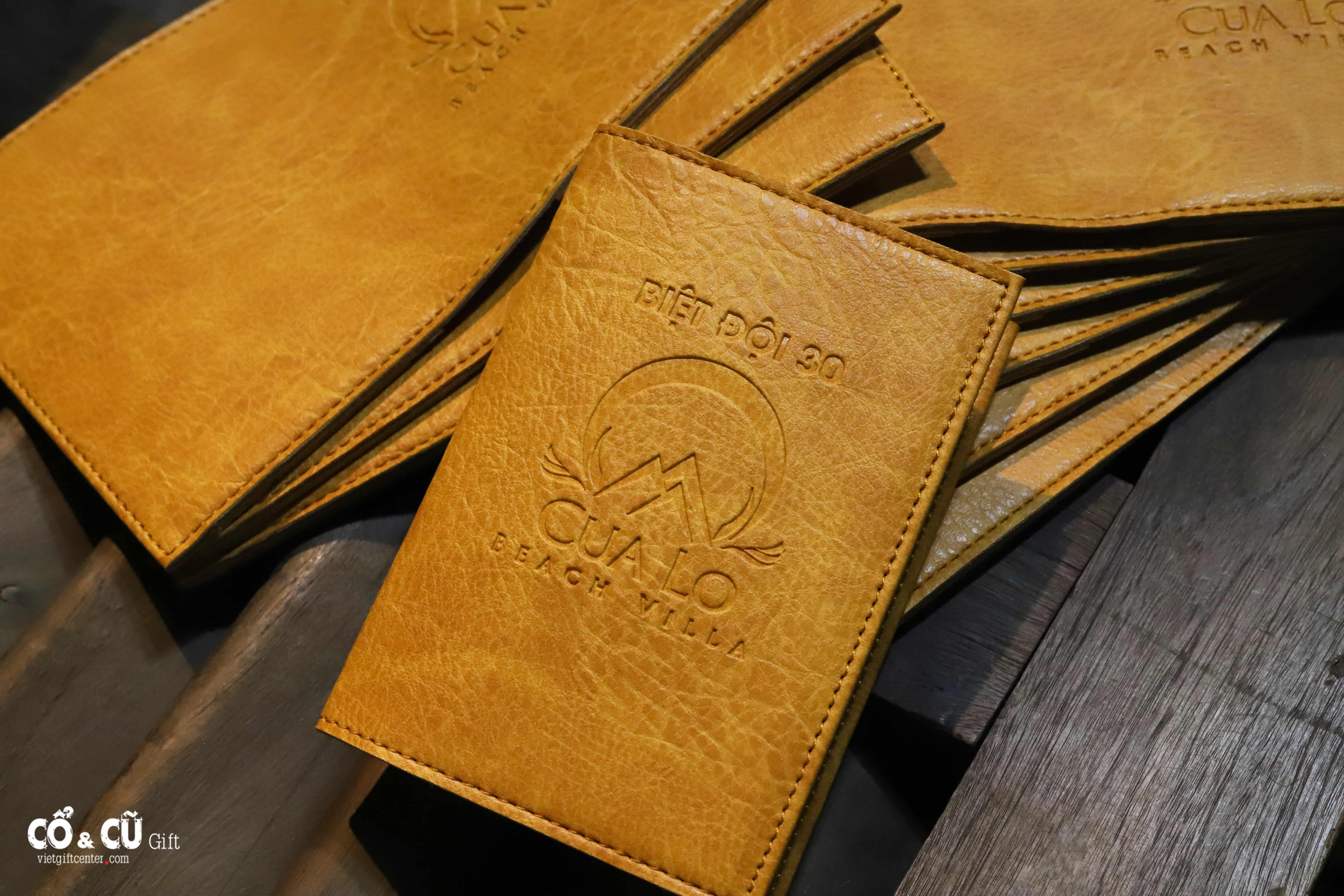 passport cover dập nổi logo giá sỉ