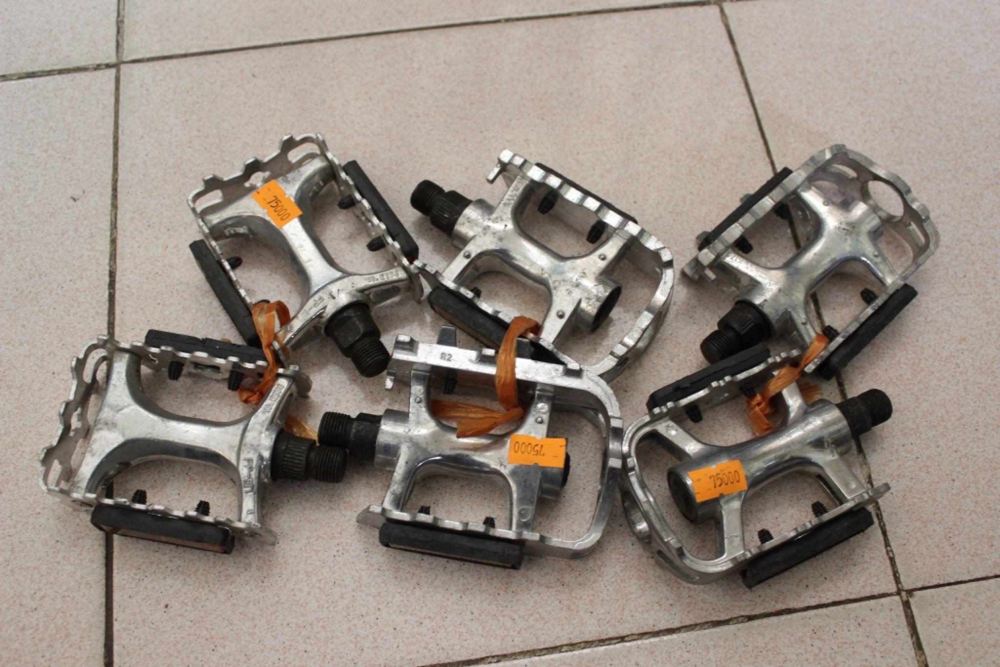 Pedan nhôm loại tốt/ giá dao động 150 đến 250n/đôi