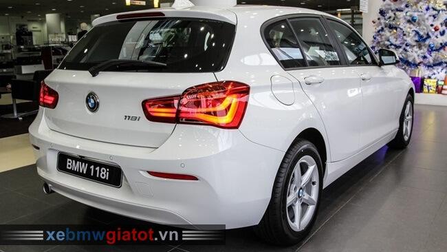 đuôi xe BMW 118i hatchback 2017 mới