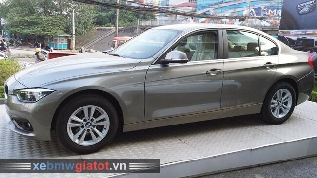 Xe BMW 320i màu bạc Platinum