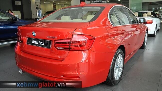 đuôi xe BMW 320i