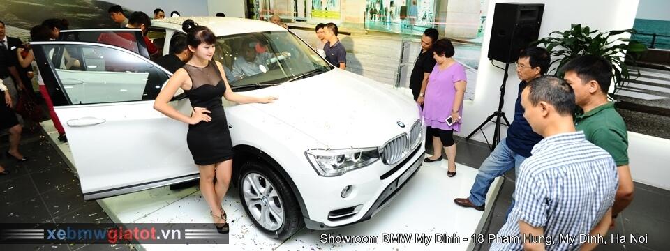 Khách tham quan xem xe BMW Mỹ Đình
