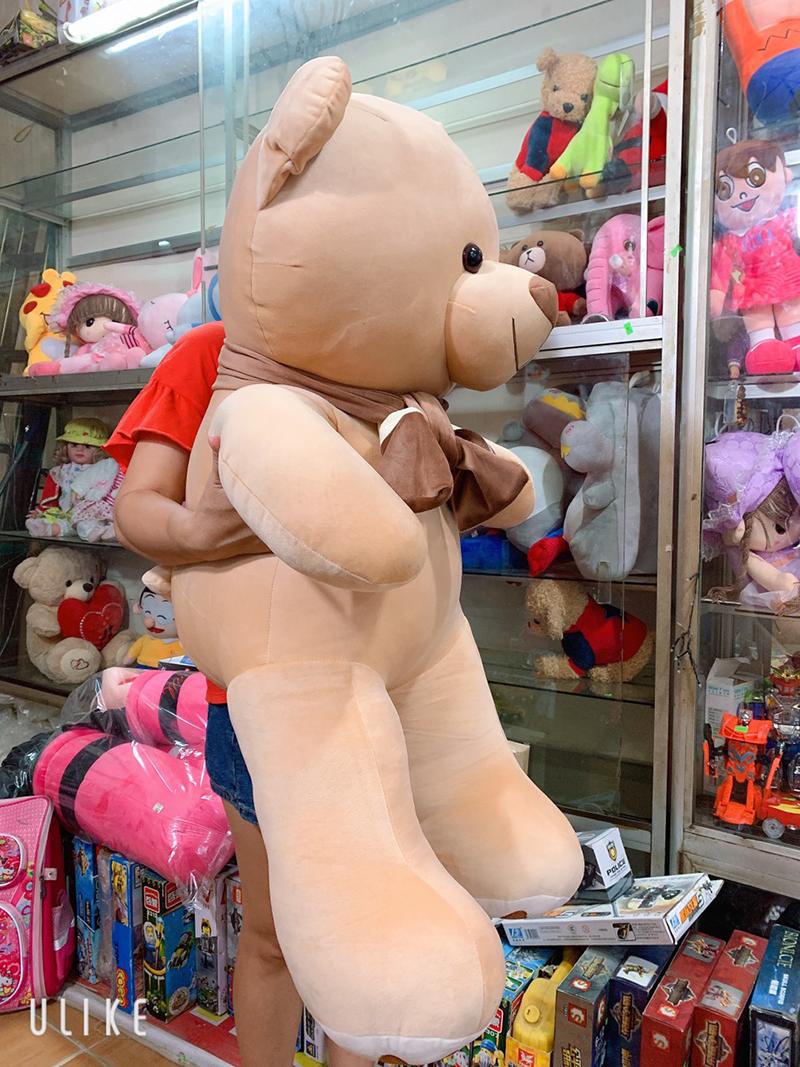 Gấu teddy dáng đứng quàng khăn khổ 1m2