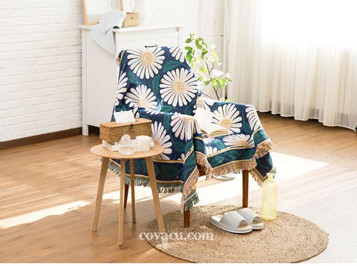 Thảm làm khăn trải bàn, phủ những vật dụng cần thiết