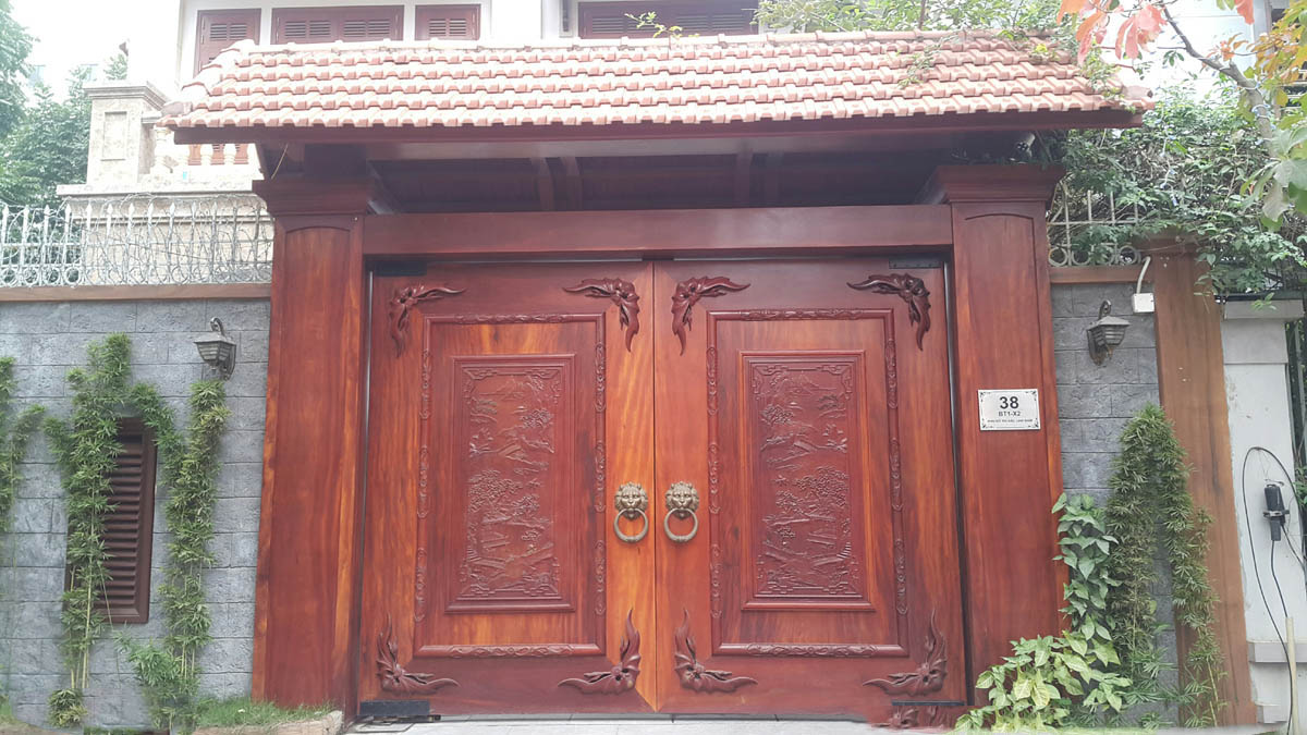 cổng gỗ đẹp cho biệt thự