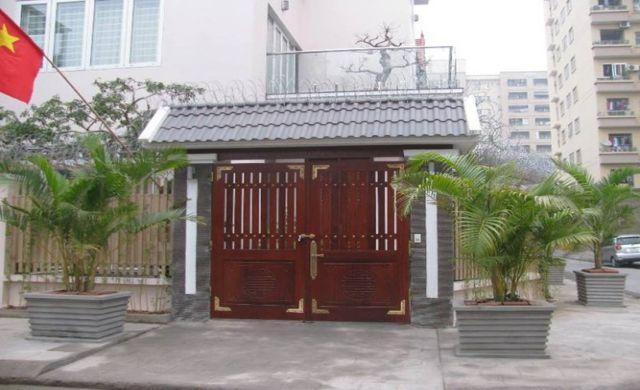 Mẫu cổng gỗ tự nhiên đẹp