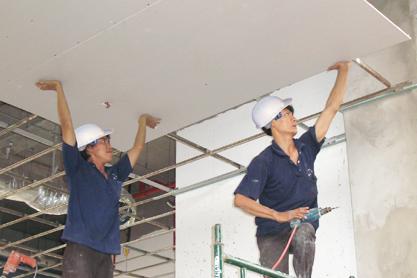 Thợ thi công lắp trần thạch cao