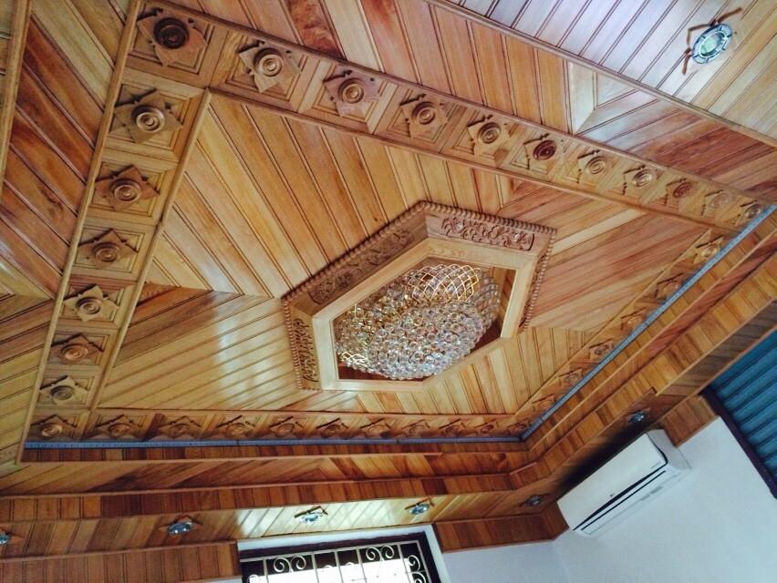 trần gỗ phòng khách cao cấp