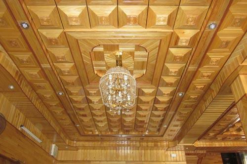 Nên chọn trần gỗ hay trần thạch cao