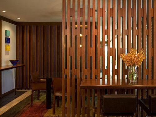 Vách ngăn cột gỗ đẹp