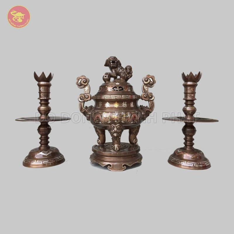Bộ đồ thờ cúng bằng đồng tam sự đỉnh nến khảm ngũ sắc 1 chữ vàng 70cm