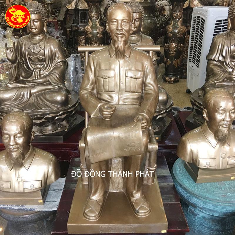 Mẫu Tượng Bác Hồ Ngồi Ghế Mây Đọc Báo Bằng Đồng Tại Hà Nội.