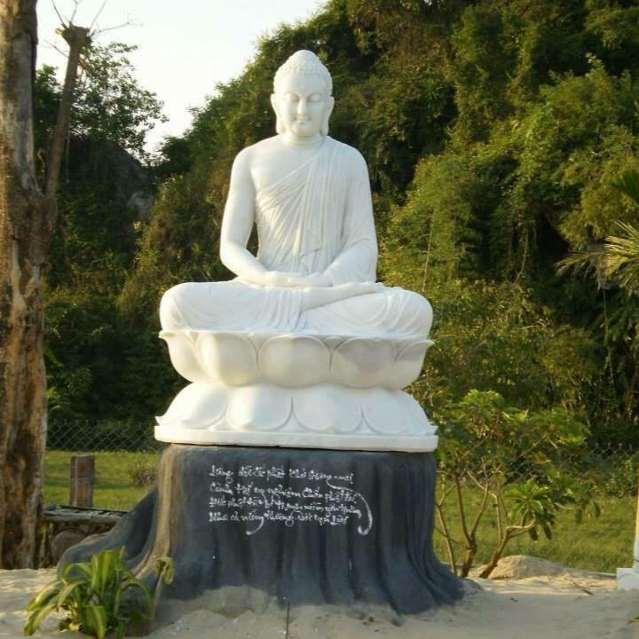 Tượng Phật ngồi đài sen bằng đá trắng