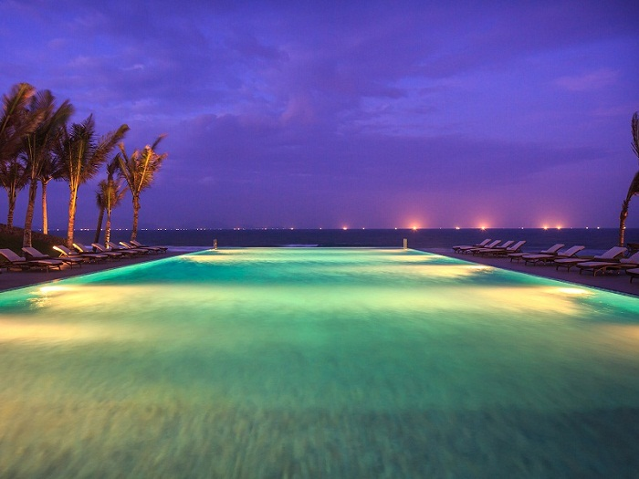 fusion-resort-nha-trang-pool-at-night