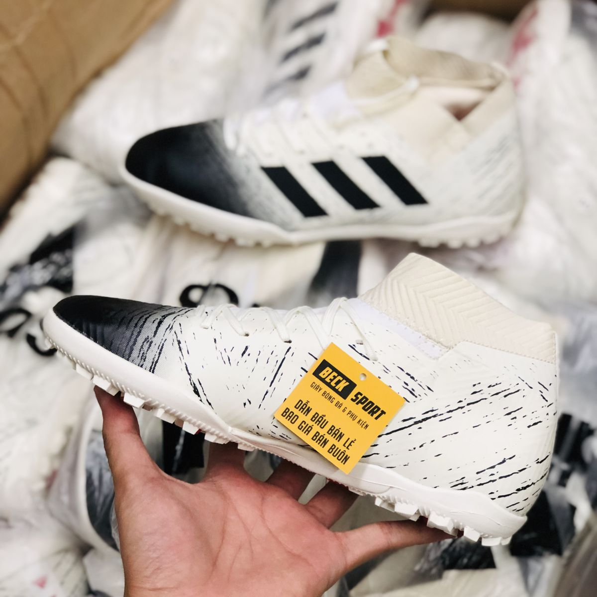 Giày Bóng Đá Adidas Nemeziz 18.3 Trắng Mũi Đen Cổ Chéo TF
