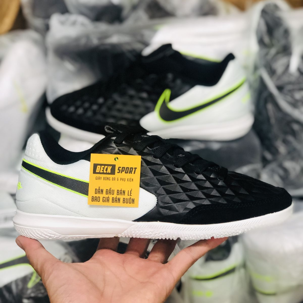 Giày Bóng Đá Nike Tiempo Legend 8 Pro Đen Gót Trắng Vạch Đen HQ IC