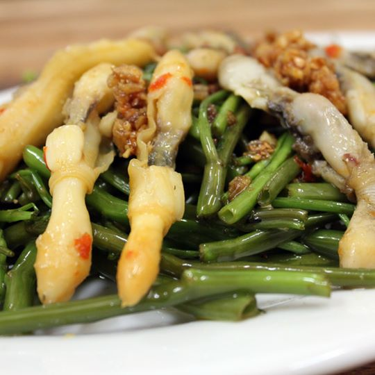 oc-mong-tay-xao-rau-muong-stir-fried-razor-clams-with-morning-glory